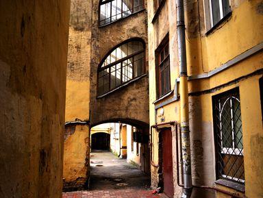 В поисках самого яркого двора Петербурга
