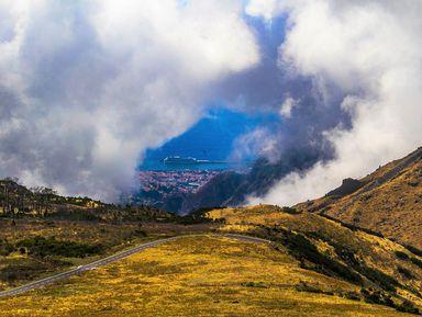 Любуемся свершины наМадейру, где горы обнимают облака