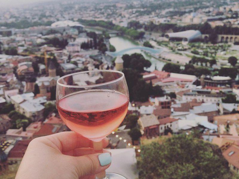 Колоритный Тбилиси спривкусом вина width=
