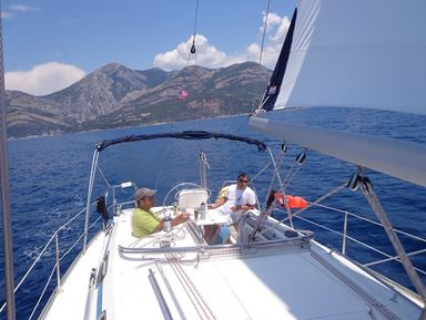 Морская прогулка под парусом в Черногории